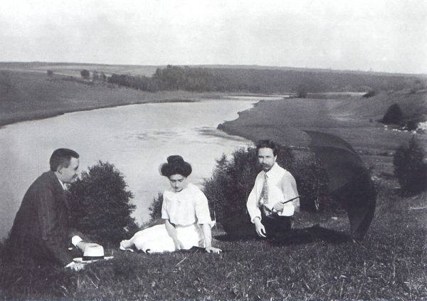 800px-Alexander_Scriabin,_Tatiana_Schloezer_and_Leonid_Sabaneev_on_the_banks_of_the_Oka_River